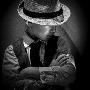 enfant-portrait-detective-50s-vignette-carré-1 Photo Gallery